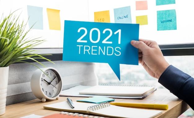 Trends van 2021-concepten met tekst en ondernemer.
