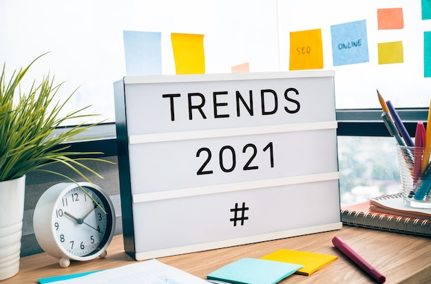 Trends van 2021-concepten met tekst op lightbox. zakelijke uitdaging.