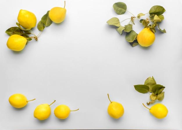 Trendy 2021 jaar ultimate grey en oplichtende kleuren. kadersamenstelling van rijpe gele peren met bladeren op grijs