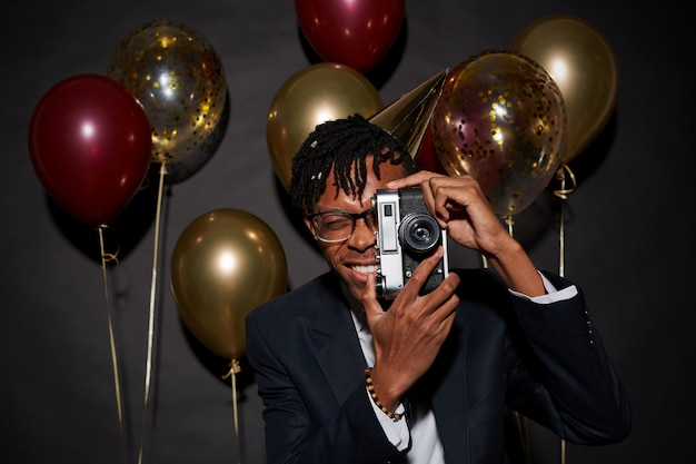 Trendy afrikaanse man die zich voordeed op feestje