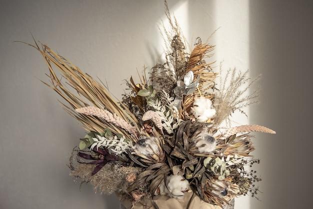 Trendy compositie van gedroogde bloemen