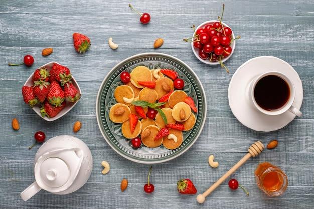 Trendy eten - mini-pannenkoekgranen. hoop granen pannenkoeken met bessen
