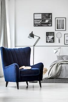Trendy fauteuil met rugleuning in chique slaapkamerinterieur met elegant meubilair