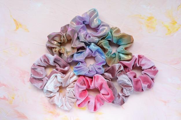 Trendy fluweel en holografische scrunchies op roze