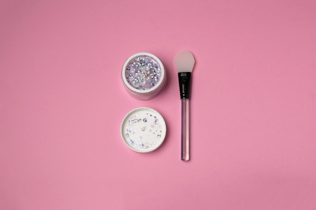 Trendy glitter gezichtsmasker met siliconen spatel bovenaanzicht