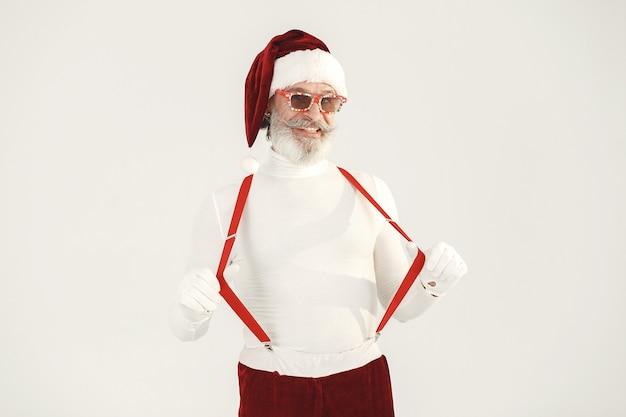 Trendy grijsharige kerstman. man draagt gebreide kleding. grootvader met een kerstmuts.