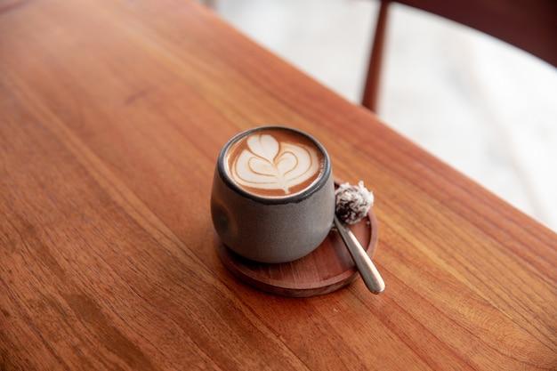 Trendy grijze stijlvolle kop warme cappuccino met latte art eén kopje voor ochtendroutine