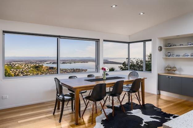 Trendy huisinterieur met moderne meubels en glazen ramen