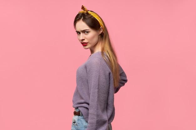 Trendy jonge vrouw met het lange losse haar geïsoleerd stellen