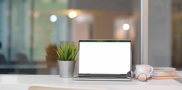 Trendy kantoor aan huis met open laptop met leeg scherm