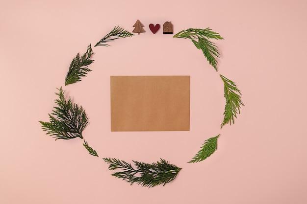Trendy kerstcirkel arrangement gemaakt met houten kerstboom rood hart ornament