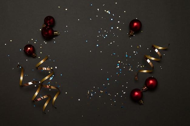 Trendy kerstvakantie siert decoraties op donkere achtergrond. afbeelding van de horizontale randbanner.