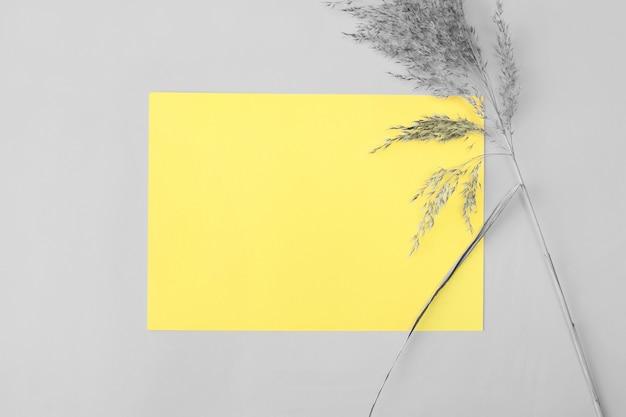 Trendy kleur van het jaar 2021 demonstreren - grijs en geel.