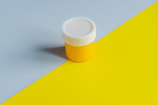Trendy kleuren 2021 - grijs en geel demonstreren. blik met gele gouacheverf.