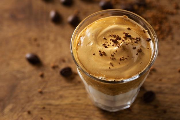 Trendy koffiedrank dalgona met melk en slagroom gemaakt van instant koffie en suiker.