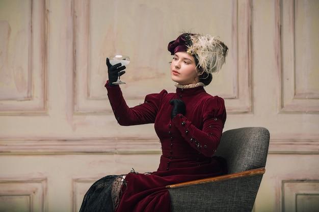 Trendy look vrouw portret van renaissance periode met cocktail