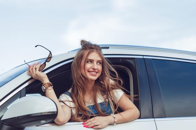 Trendy meisje dat met de auto reist