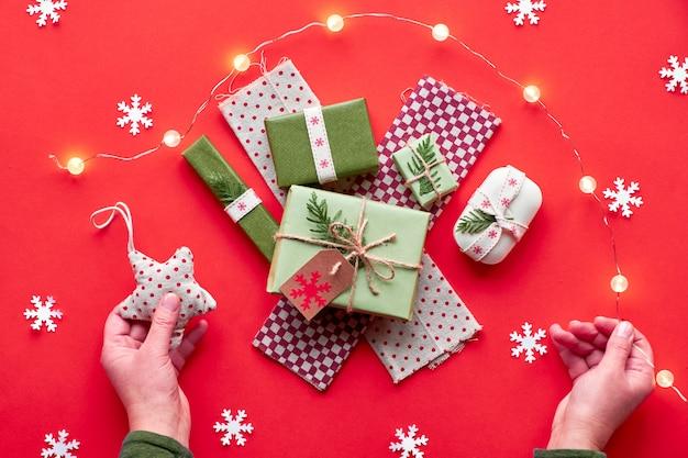 Trendy milieuvriendelijke zero waste kerst- en nieuwjaarsversieringen en ingepakte cadeaus