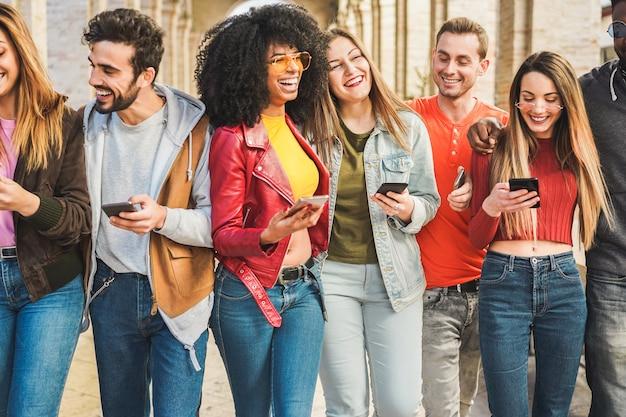 Trendy millennialsvrienden die samen buiten de universiteit lopen