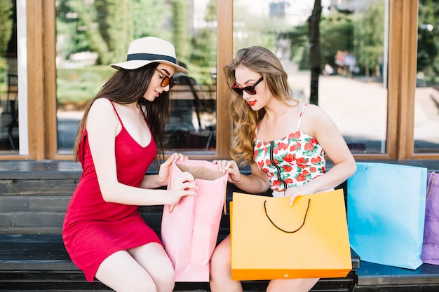 Trendy modellen die van aankopen genieten die op bank stellen