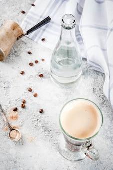 Trendy modern drankje. koffieespresso met mineraalwater