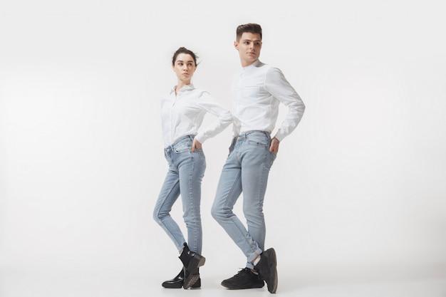 Trendy modieuze paar poseren