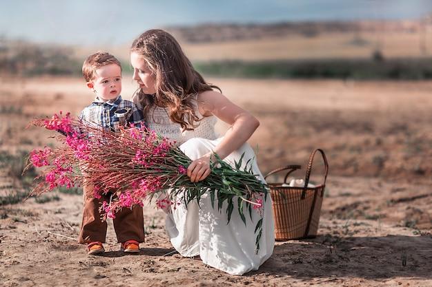 Trendy moeder en zoon samen