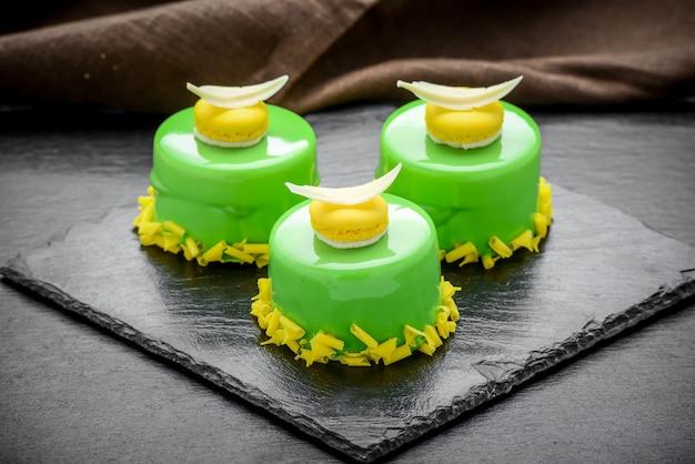 Trendy mousse cake met spiegelglazuur gedecoreerd.