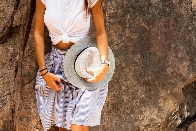 Trendy outfit vrouw, mode details, hoed, mode horloge en rok