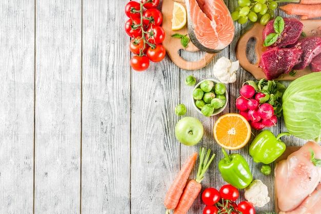 Trendy pegan dieet, vlees, eieren, zeevruchten, zuivelproducten en verschillende verse groenten