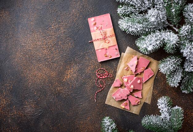 Trendy roze of robijnrode chocolade