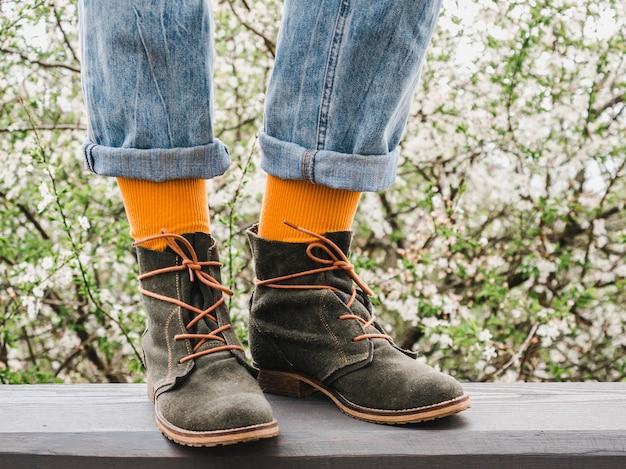 Trendy schoenen en lichte sokken op de achtergrond van een bloeiende boom. detailopname. heren- en damesstijl. schoonheid, elegantie concept
