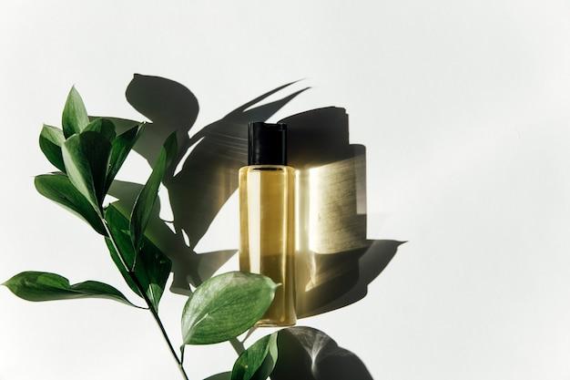 Trendy schoonheidsconcept van gezichtsserums natuurlijke etherische olie in cosmetische flessen met druppelaar