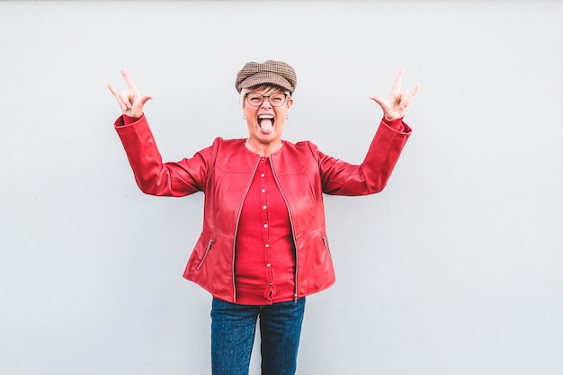 Trendy senior vrouw dansen rockmuziek mode kleding dragen