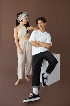 Trendy tienerjongen en -meisje die samen poseren