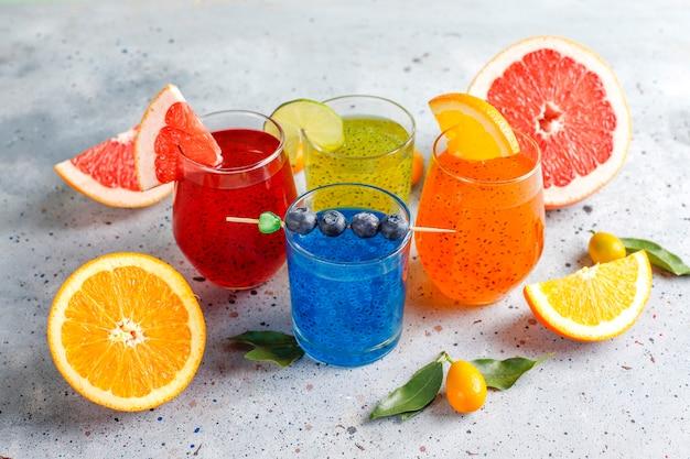 Trendy tropische drankjes van basilicumzaad.