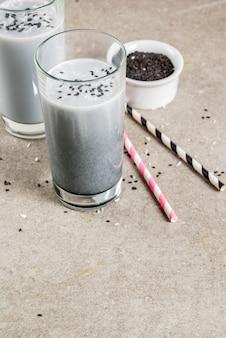Trendy veganistische recepten, black sesame iced latte of smoothie met sesam