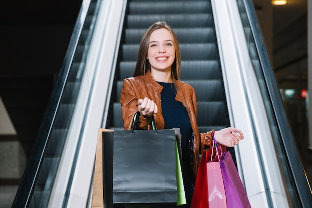 Trendy vrouw in winkelcentrum roepen om mee te doen