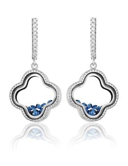 Trendy zilveren oorbellen met blauwe stenen aan de binnenkant op een witte achtergrond