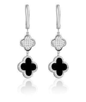 Trendy zilveren oorbellen met zwarte steentjes op een witte achtergrond