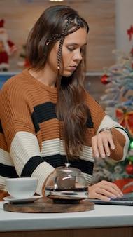 Treurige vrouw wacht op vrienden om kerstviering te beginnen