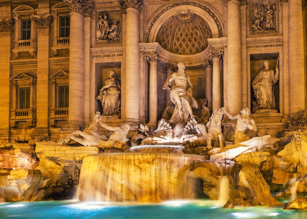 Trevi fontein in de nacht rome, italië. barokke architectuur en beeldhouwkunst.