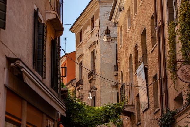 Treviso, itali 13 augustus 2020: architectuurdetail van een oud gebouw in treviso in italië