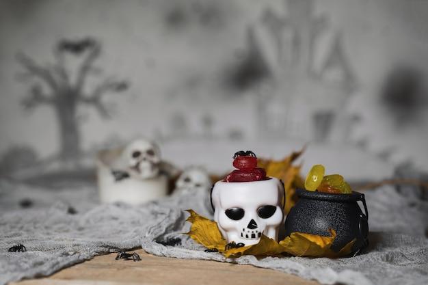 Trick or treat kaarsen in de ketels voor halloween skullls op de achtergrond