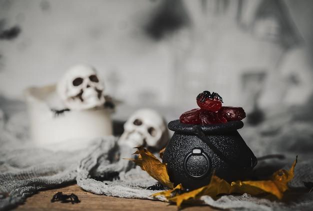 Trick or treat kaarsen in de potten voor halloween handgemaakte heks op de achtergrond