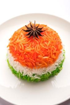 Tricolor tiranga rice voor de indiase republiek en onafhankelijkheidsdag, geserveerd in een keramische plaat, selectieve focus