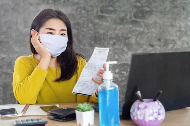 Triest aziatische vrouw hand met elektriciteitsrekening