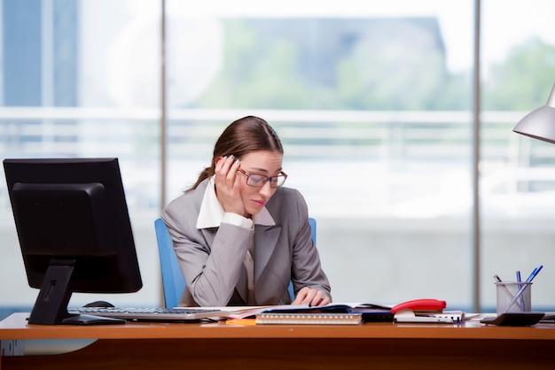 Triest businesswan op kantoor op het werk