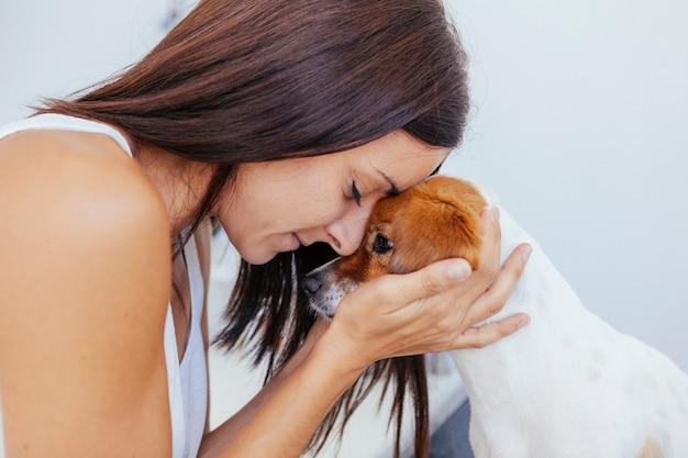Triest hond met slechte gezondheid in het ziekenhuis