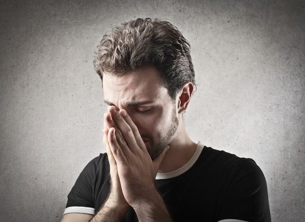 Triest huilende man